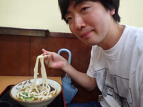 日本一かけうどんが似合う男、スズキナオ。