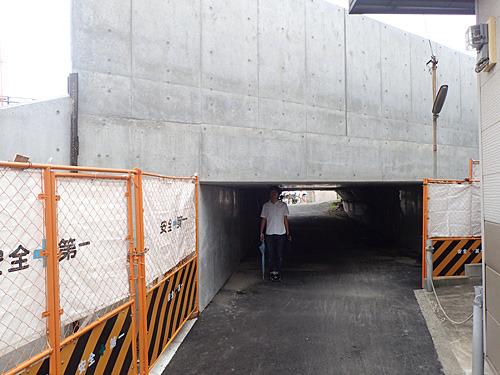 ここがおもしろいトンネル。先輩はギリギリぶつからない絶妙な高さ。