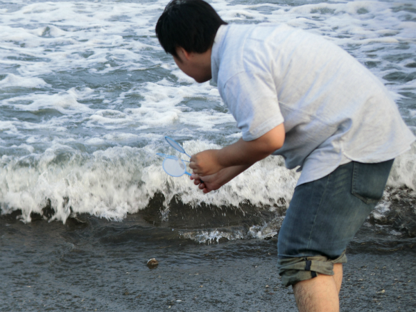 迫りくる波をすくう!