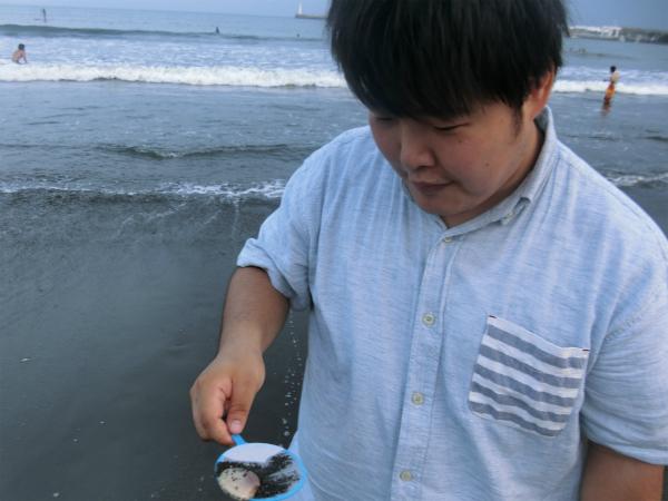 多分、誰か食った貝をすくった。