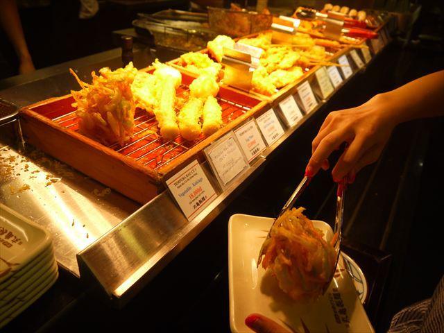 日本と同じく、うどんと揚げ物が主力商品。後者は自分で取ってそのあと会計。