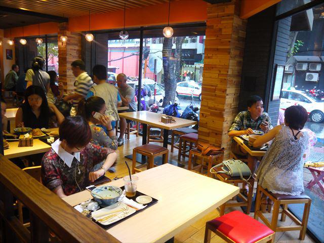 中心地にあるお店の店内はカフェ風のガラス張り。内装も周辺環境に合わせている。