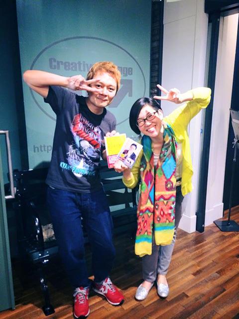 右が富岡恵さん。初回のレッスンのあとに撮った写真(僕がはしゃいでいるようだが英語へのプレッシャーで笑えてない)