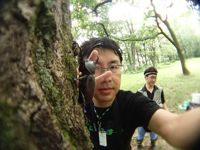 何回やっても木の陰から覗く感じになる。そしてバックには森上さん。