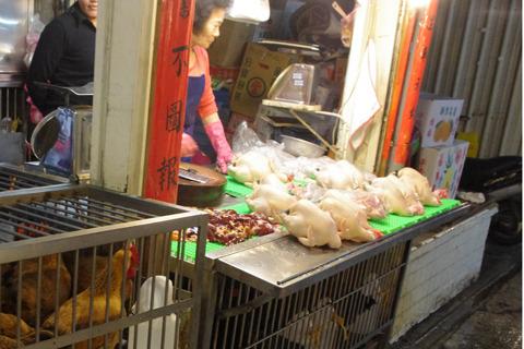 屋台で丸売りされる丸鶏。ザッツ・アジア! イッツ・エィジア!