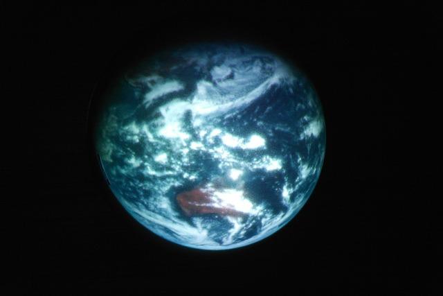 地球が浮かび上がった。(元となる画像はひまわり8号が最初に撮影した地球です)