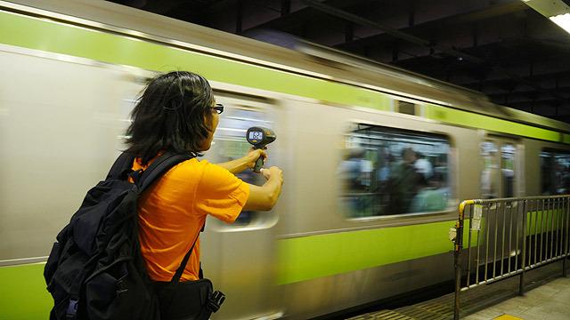 ホームに入ってくる電車が速すぎる!
