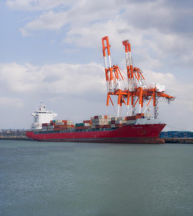 港のコンテナターミナルや工場の岸壁にすっくと立つ、紅白縞々のかわいいやつ。