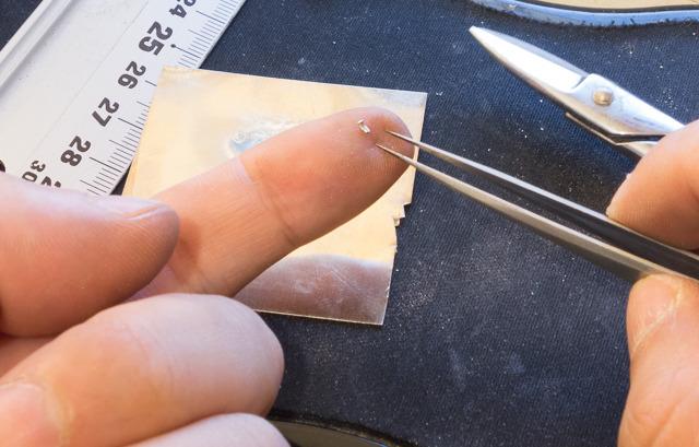 「銀ロウ」という、純銀に真鍮を混ぜたものをごく小さく切り出し(これが鼻息とかですぐ飛んでどこかへいってしまう。粗忽者なので)、