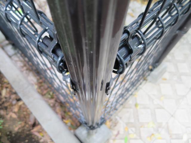 それぞれの辺とポールをつなぐパーツが1本のボルトで固定されているのだ!