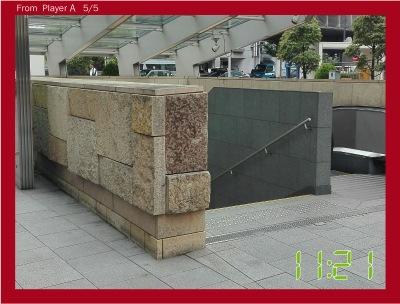 写真が来た。これは有楽町からすぐ近くにある地下鉄の入口だ。見覚えある!