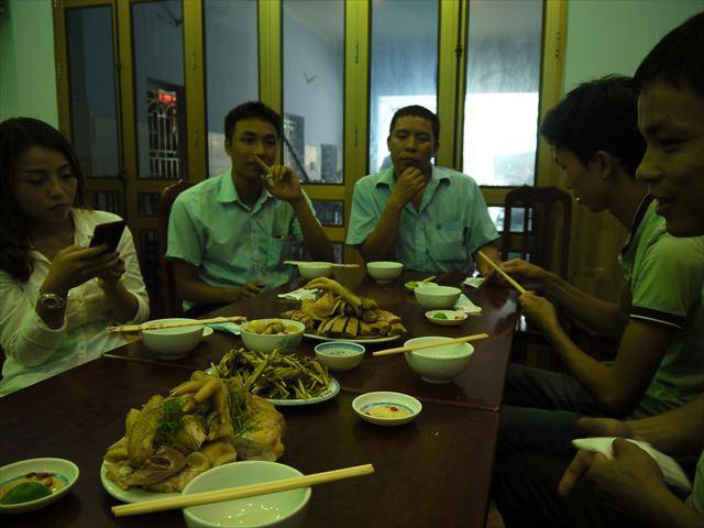 テーブルに並べられた、茹でられた高級鶏。