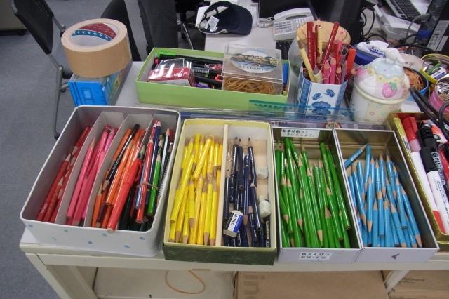 カラフルな色鉛筆、構成する人によって使う色が決まっていて、同じ色を使わないので、誰の修正なのかひと目でわかる。