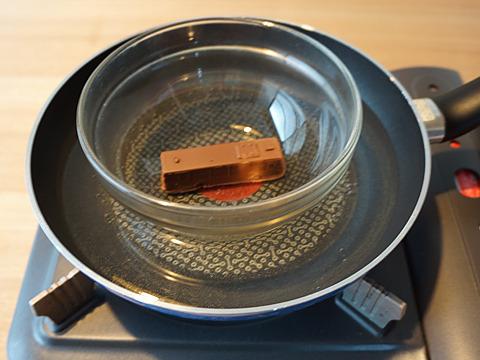 チョコは直火でなく湯せんで。