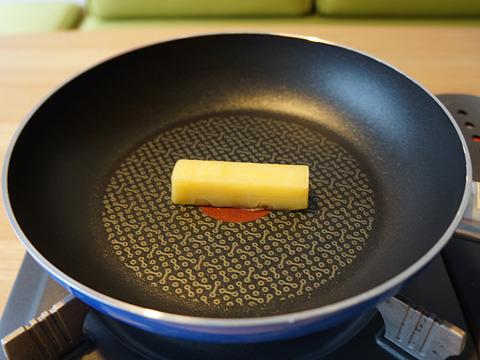 次はとろけるチーズを直火で。