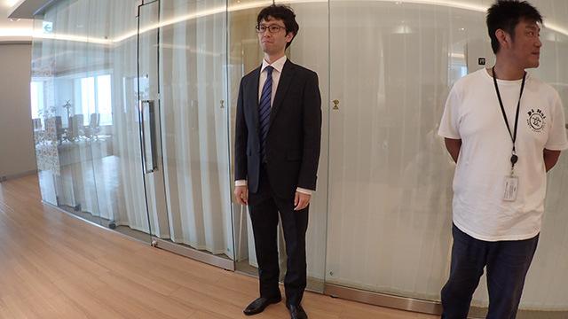 社長にめちゃめちゃ怒られた挙句、外で立たされる営業山田。うかつにデイリーの撮影に協力すると怖いぞ、という評判がたたないか心配である。