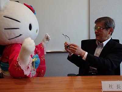 キティちゃんにもサングラスを勧める社長。