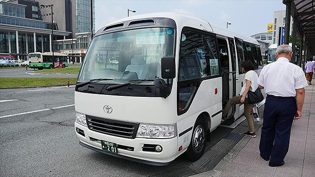 開催期間中の週末と特別イベント時のみ、秋田駅から無料バスが出ている(要予約)。もし秋田駅から交通機関で向かったら、片道8千円もかかってしまうらしい。