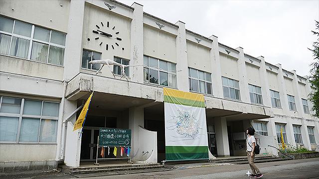 バスに乗って1時間半。最初の会場である旧沖田面(おきたおもて)小学校に到着。