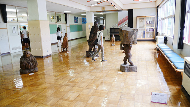 インパクトのある彫刻が並ぶ。