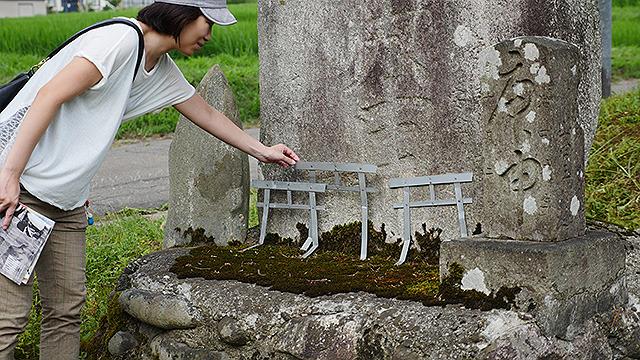 だんだん、元から村にあるものもアートに見えてきた。塚に飾られた鉄製の鳥居が凄くアートぽい。