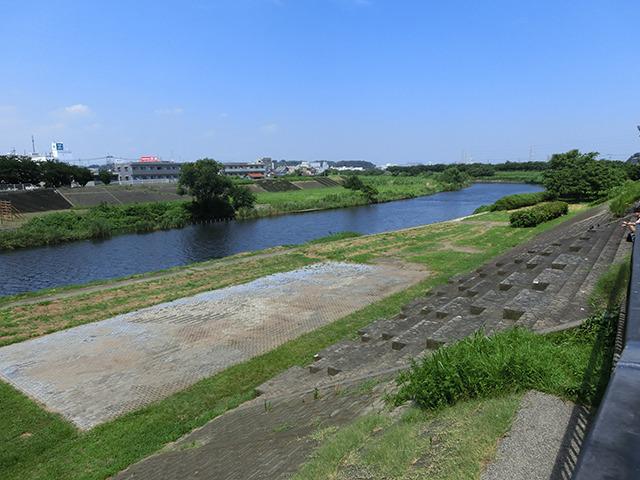 改札を出て北口。すぐに鶴見川にぶつかる