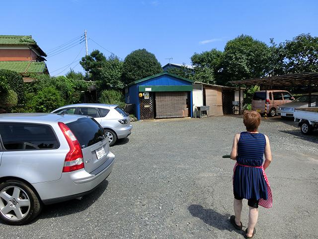 裏へ回ると車が10台停められるという駐車場が(えっ!? 駄菓子屋で?)