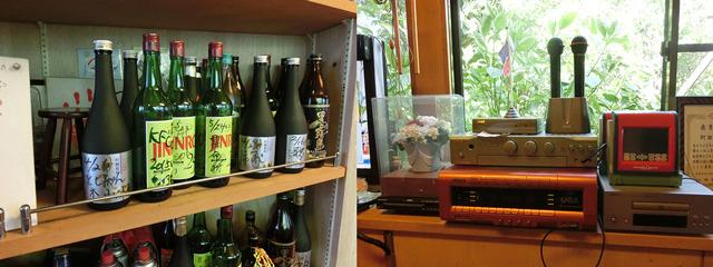 ボトルキープは3ヶ月、カラオケ(1曲200円)もできる