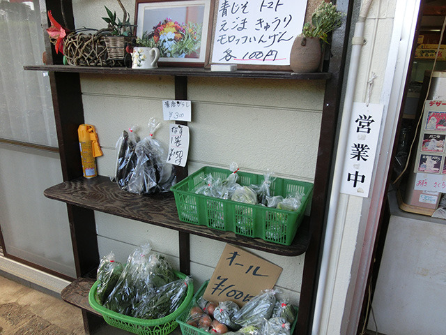 野菜の無人販売スペースのような…