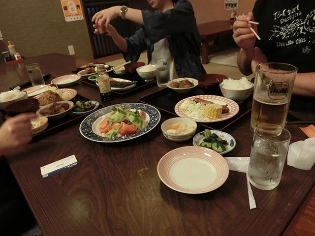 食事処では川崎から訪れた常連親子が定食を。「美味しいから!」と支持