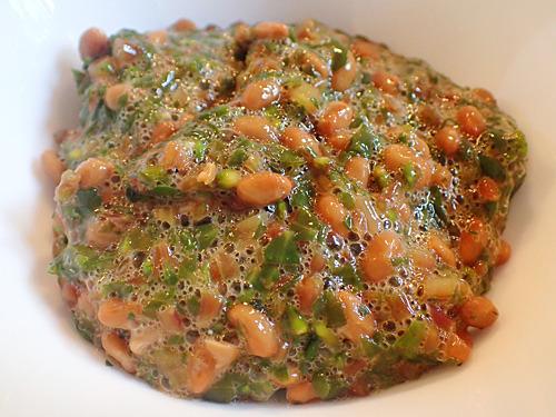 納豆に混ざることで海藻への擬態に成功!