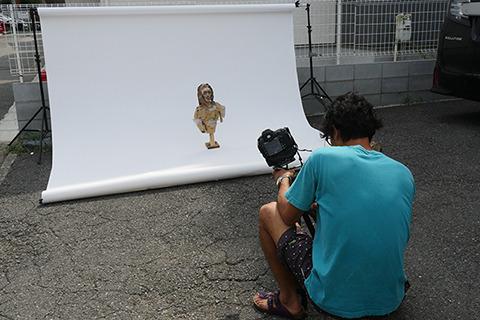 自分とこのマンションの前ならよかろうといきなり駐車場に撮影スタジオを作りはじめた上岡さん。この人形に対してこの大掛かり!