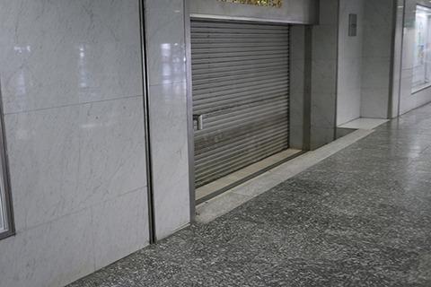 「新宿駅にこんなに人気のない場所があるんですか」と尻込みする小野さんをくぼみに呼んで…