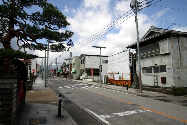 通りには歴史を感じさせるたたずまいの家屋が多い