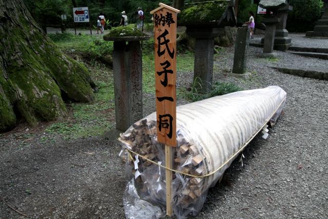 「吉田の火祭り」に使われるものだろう、松明が奉納されていた
