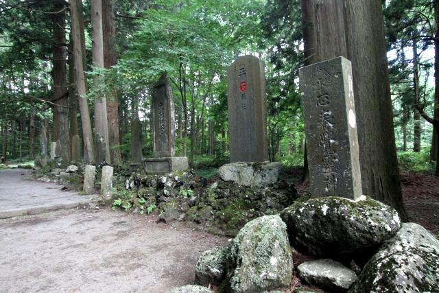 富士山の登頂を記念して建てられた石碑が並ぶ