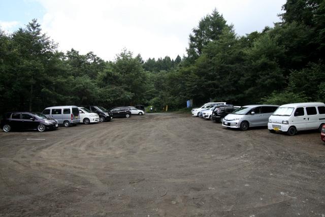 目前に広がったのは、駐車場である