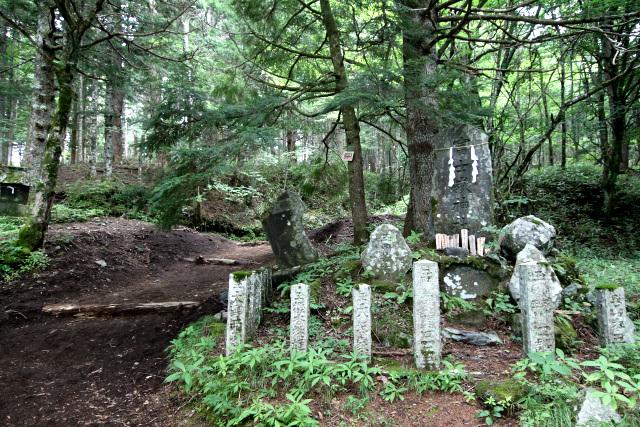 現在の登山道はこの石碑の左側だが――