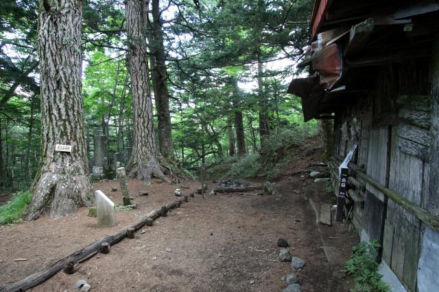 この建物の前で現在の登山道と合流