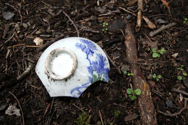 割れた茶碗があちらこちらに散在していて、哀愁を誘う