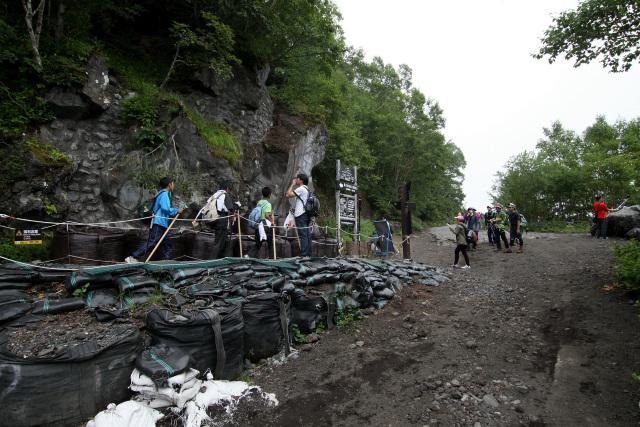 途中、六合目から河口湖口に直通する登山道と合流。やはり人が多い