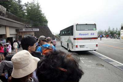 下山バスを待つのも長蛇の列で一苦労だった