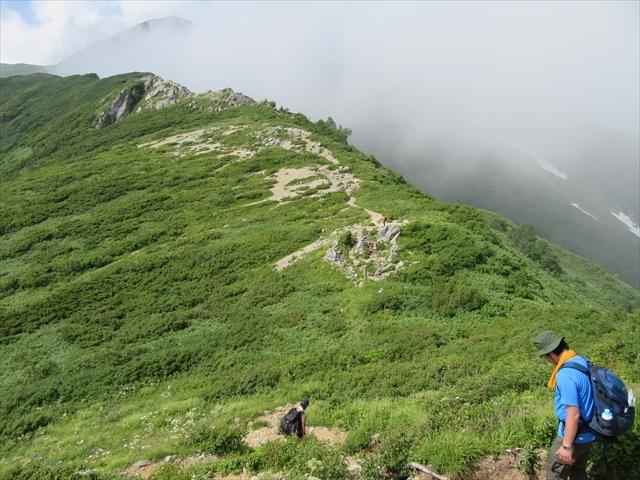 雲がかかっている先が飯豊山山頂だ