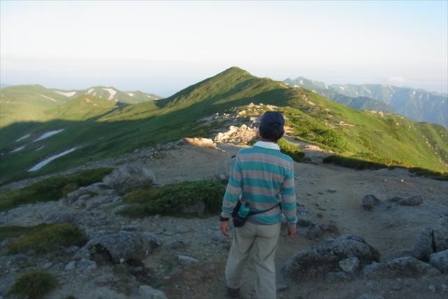 平野さんを先頭に山頂に向かう