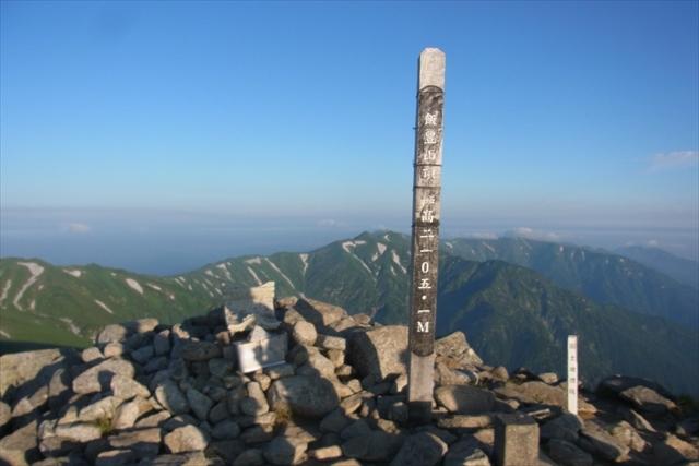 朝焼けに映える山頂の標識