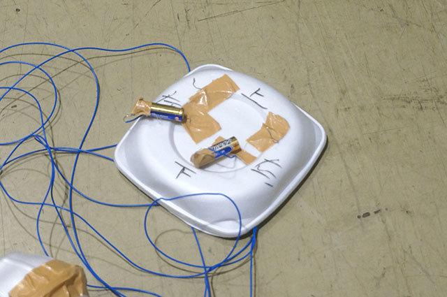 スイッチとかついていなくて、電池に銅線をくっつけたり離したりして操作する。濃縮200%の手作り感。