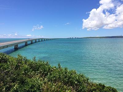 宮古島方面から伊良部大橋を望む。iPhoneのカメラでこの美しさ。でも今日は橋の話ではない。