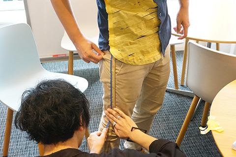 パンツには、さりげなく竹定規柄と青の細いマステでラインを施す。足が長く見えるおまじないだ。