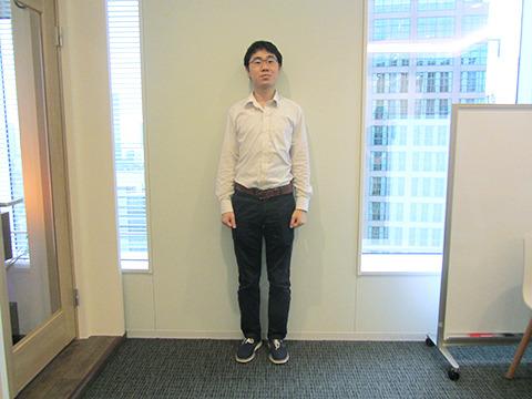 パンツに白シャツインという全方位型の地味力を発揮する山口さん。