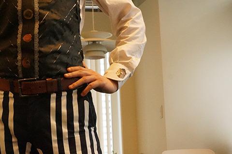 前ボタンと同じ柄で、カフスも作成。完璧におしゃれ上級者の装いじゃないか。